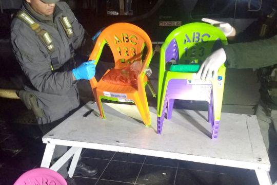2 kilos de cocaína ocultos en sillitas plásticas